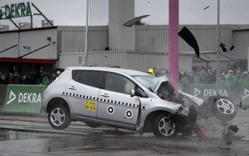 crash test by dekra, Nissan Leaf e-car